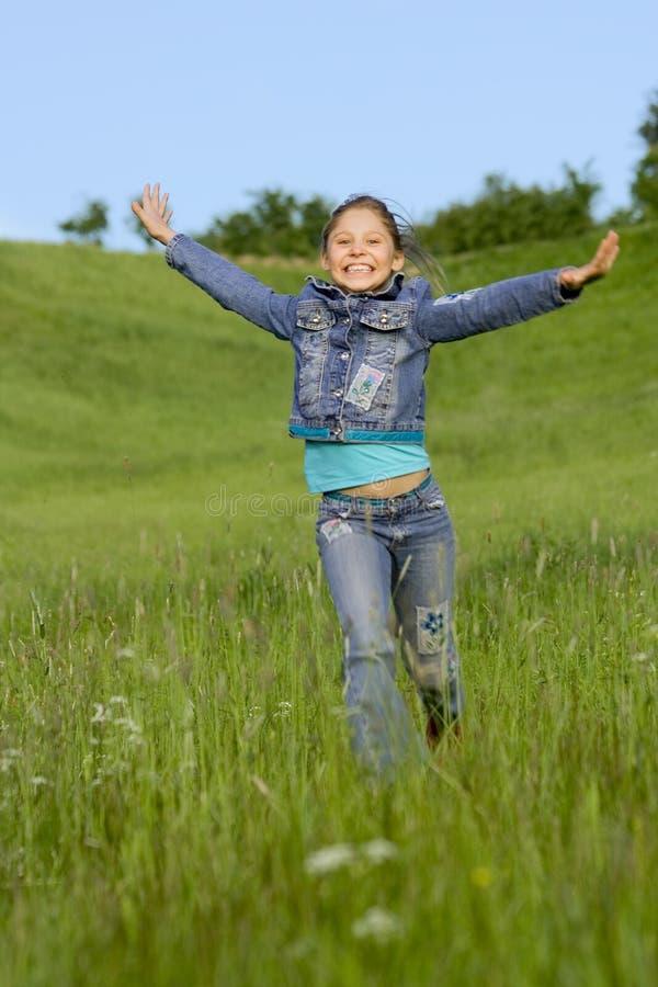 De looppas van het meisje op een gras royalty-vrije stock foto's