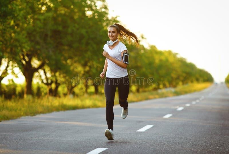 De looppas van de meisjesagent langs de weg royalty-vrije stock afbeelding