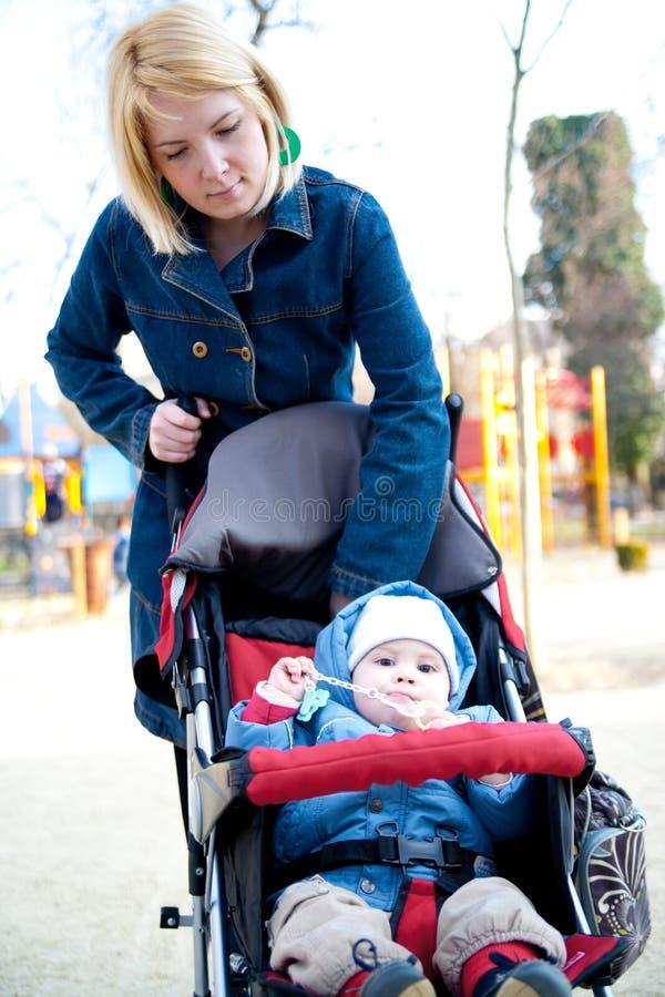 De lopende baby van de moeder royalty-vrije stock foto's