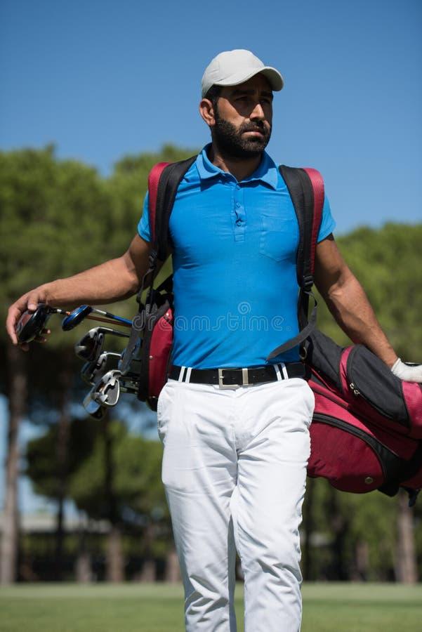 De lopende en dragende zak van de golfspeler royalty-vrije stock fotografie