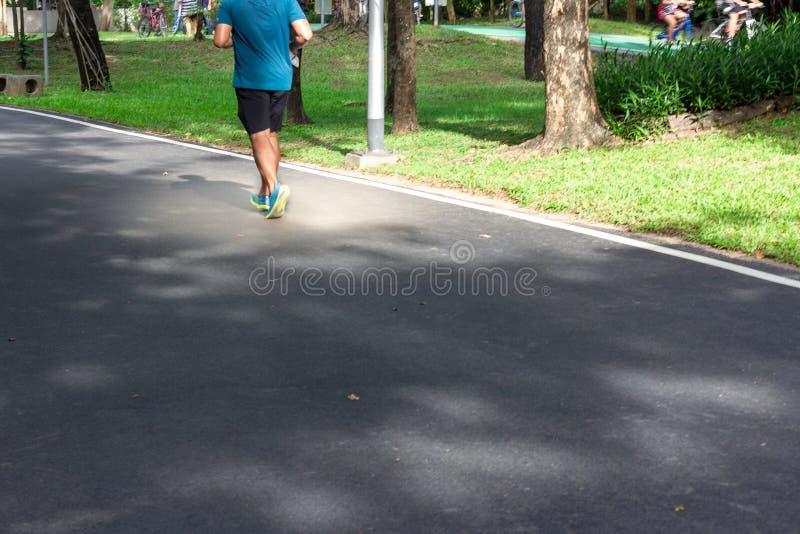 De lopende oefening van de atletenmens op weg in park royalty-vrije stock foto