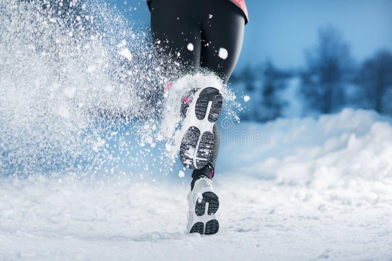 De lopende vrouw van de winter royalty-vrije stock fotografie