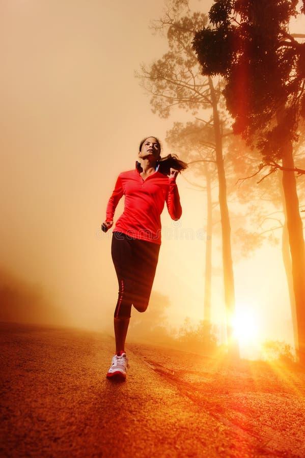 De lopende vrouw van de zonsopgang stock afbeeldingen