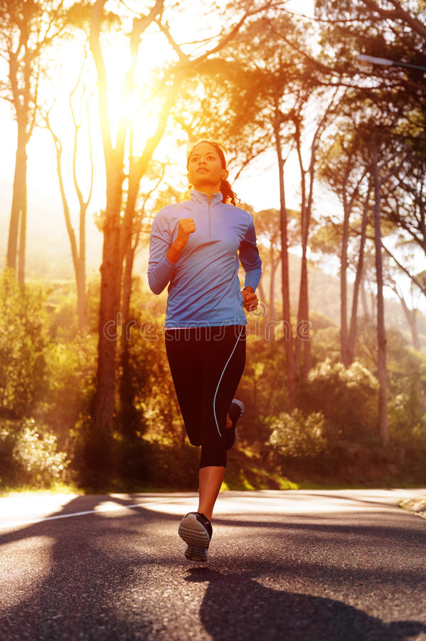 De lopende vrouw van de zonsopgang stock afbeelding