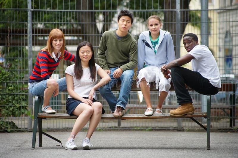 de los amigos ayuda mutua por siempre - para los vecinos jovenes foto de archivo