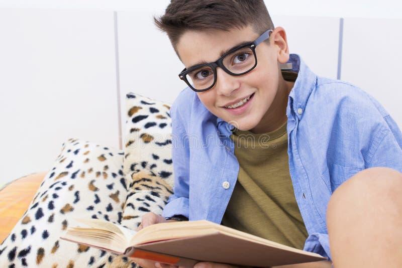 De los jóvenes adolescente pre que estudia y que lee imagenes de archivo