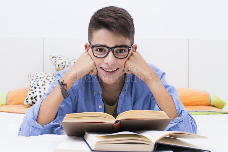 De los jóvenes adolescente pre que estudia y que lee foto de archivo libre de regalías