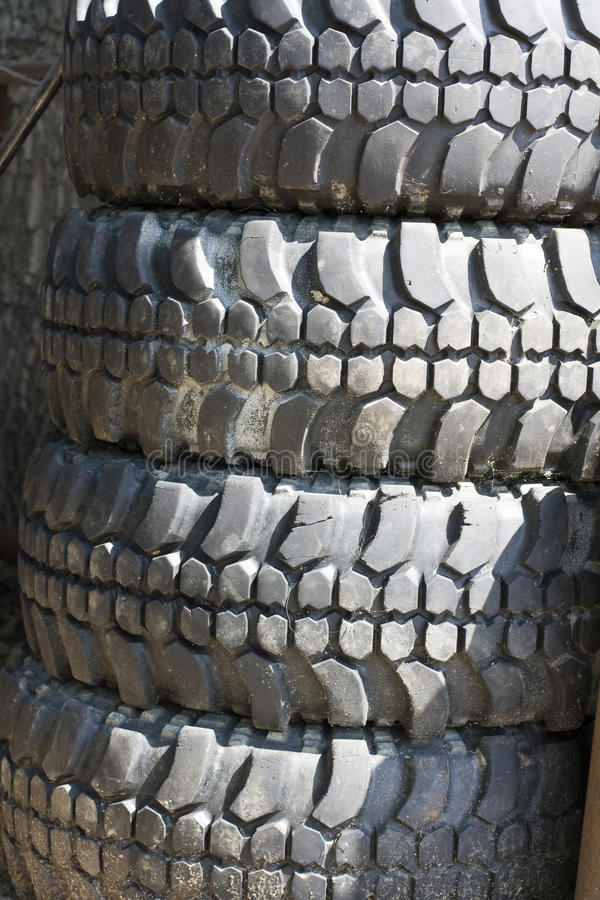 De los neumáticos del camino fotos de archivo