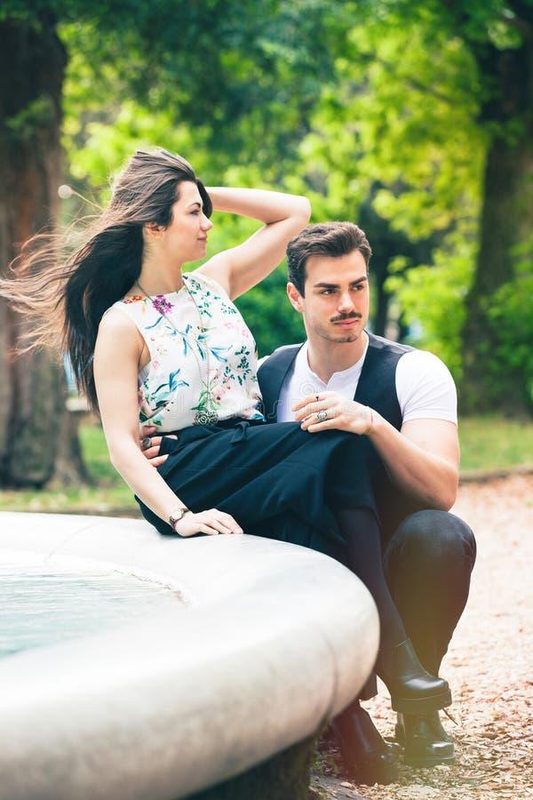 De los pares amantes románticos al aire libre en un parque Relación romántica cariñosa foto de archivo libre de regalías