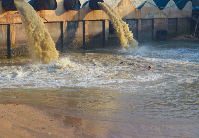 De lossingspijp van het industriële en fabrieksafvalwater in het kanaal en het overzees en watervervuiling royalty-vrije stock foto