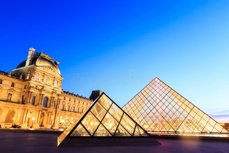 De Louvrepiramide bij schemer tijdens Michelangelo Pistoletto Ex royalty-vrije stock foto's