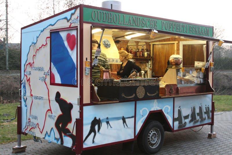 De Lttlepannekoeken met gepoederde suiker zijn een populaire delicatesse in Friesland en Nederland stock foto's