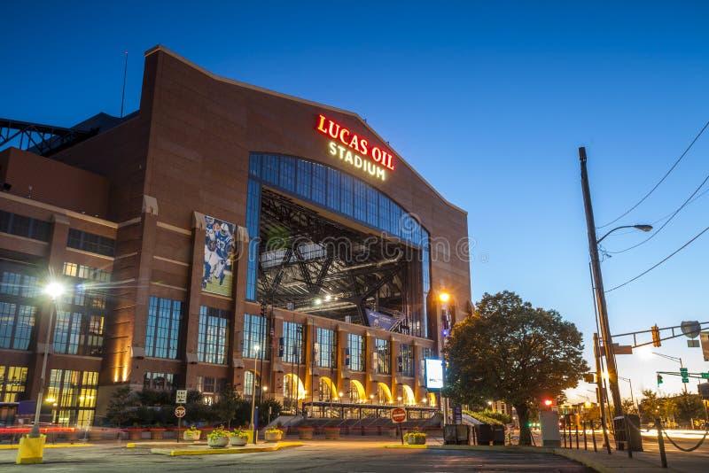 De Lucas Oil Stadium baixa dentro de Indianapolis, Indiana fotos de stock royalty free