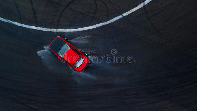 De lucht hoogste afdrijvende auto van de menings professionele bestuurder op natte rastra royalty-vrije stock afbeeldingen