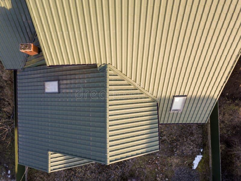 De lucht hoogste mening van groen shingled huisdak met nieuw klein zolder plastic venster royalty-vrije stock foto