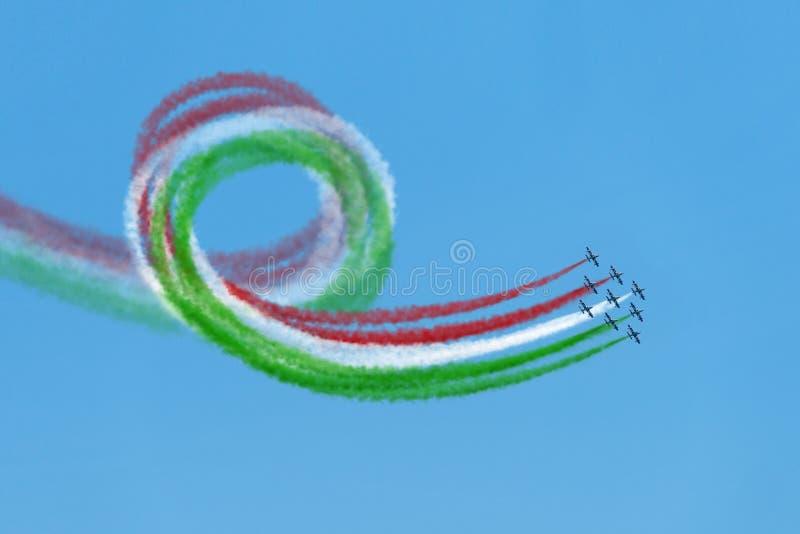 De lucht toont aerobatic Italiaanse team frecce tricolore vliegende lijn stock afbeeldingen