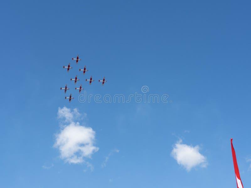 De lucht toont van Patrouille Suisse op de Zwitserse alpen royalty-vrije stock afbeeldingen