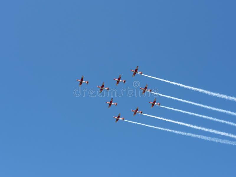 De lucht toont van Patrouille Suisse op de Zwitserse alpen royalty-vrije stock afbeelding