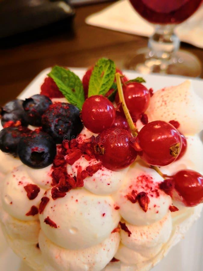 De lucht van de dessertcake met verse bessen stock afbeeldingen