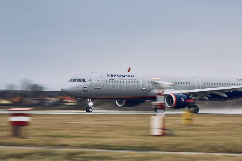 De Luchtbus A321 van Aeroflot tijdens start stock afbeelding