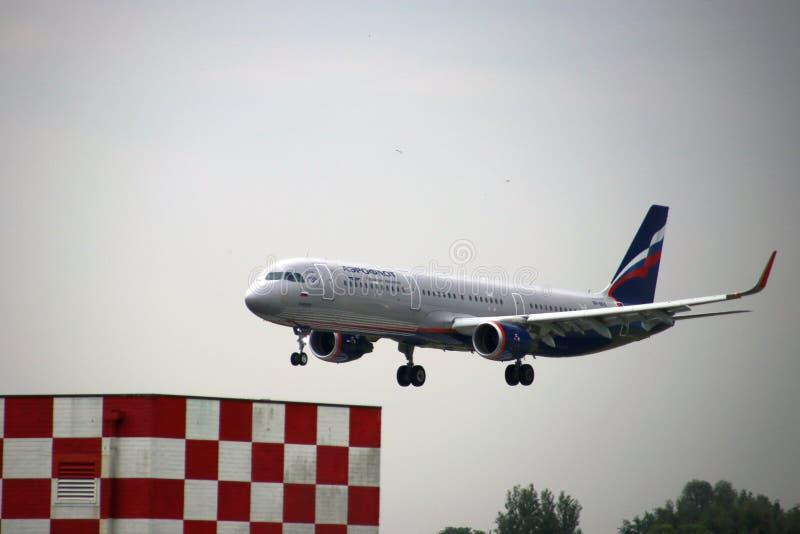 De Luchtbus van Aeroflot vp-BFK A321 - MSN 7667 landt op de Luchthaven van Amsterdam Schiphol royalty-vrije stock foto's