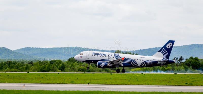 De Luchtbus A319 van het passagiersvliegtuig van Dageraadbedrijf landt Rook van onder de chassis achter de vliegtuigen royalty-vrije stock foto's