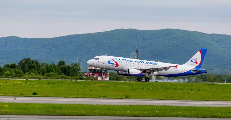 De Luchtbus A320 van het passagiersvliegtuig van Ural Airlines-bedrijf landt Rook van onder de chassis achter de vliegtuigen royalty-vrije stock foto's