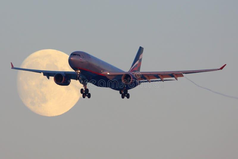 De Luchtbus A330 vq-BBF die van Aeroflot de maan kruisen alvorens bij Sheremetyevo internationale luchthaven te landen stock fotografie