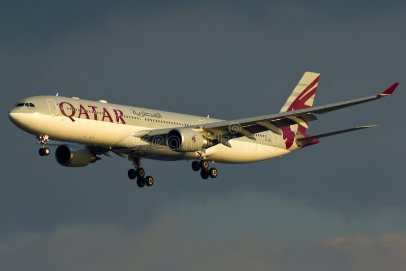 De Luchtbusa330 Vliegtuig van Qatar stock afbeelding