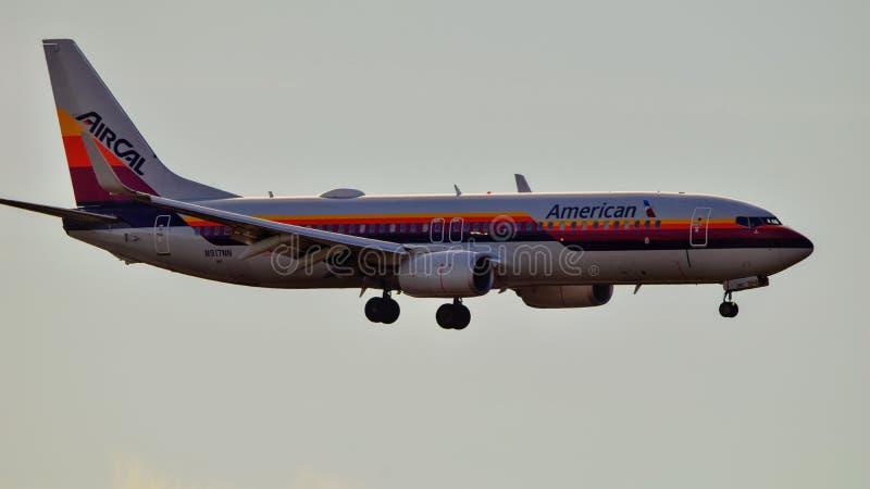 De Luchtcal van American Airlines Boeing B737 het retro livrei landen royalty-vrije stock foto's