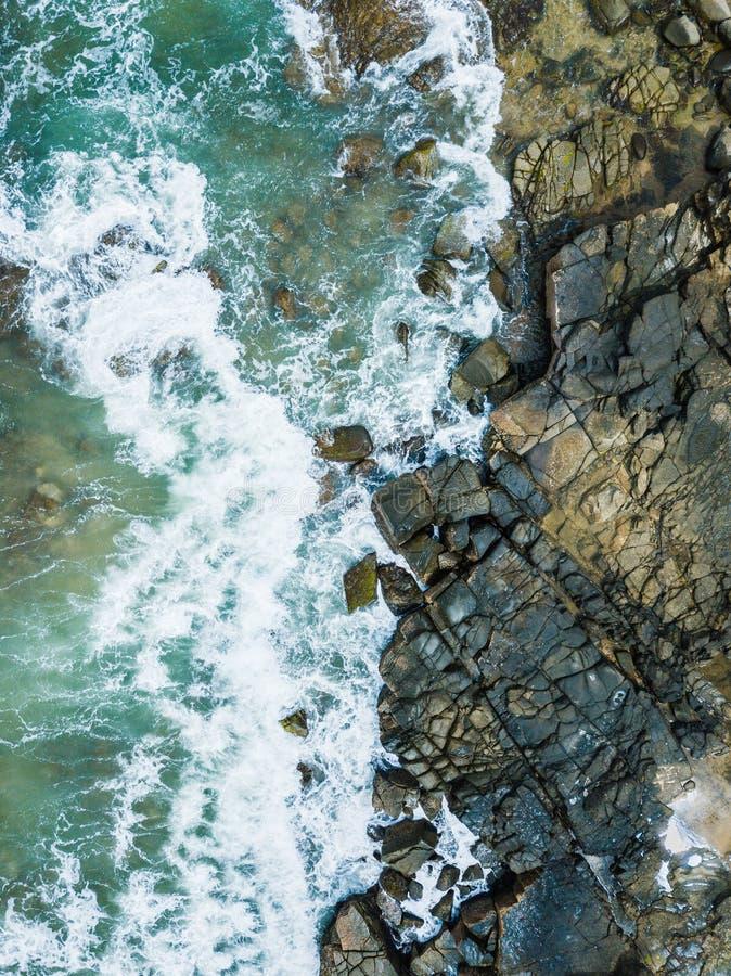 De luchtfoto van het hommelstrand van water en rotsen royalty-vrije stock afbeeldingen