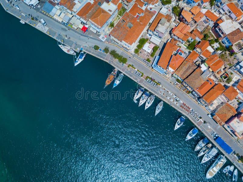 De luchtfoto van de het oogmening van de hommelvogel ` s van Poros-eiland een beroemde baai en jachthaven met kalme wateren, Grie stock foto