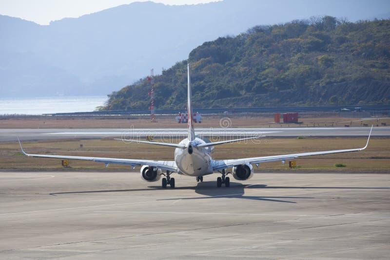 19 de Luchthaven Nagasaki van Dec 2015 japan JAL-vliegtuigen in luchthaven van royalty-vrije stock afbeeldingen