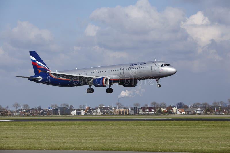 De Luchthaven Schiphol van Amsterdam - de Luchtbusa321 land van Aeroflot stock foto's