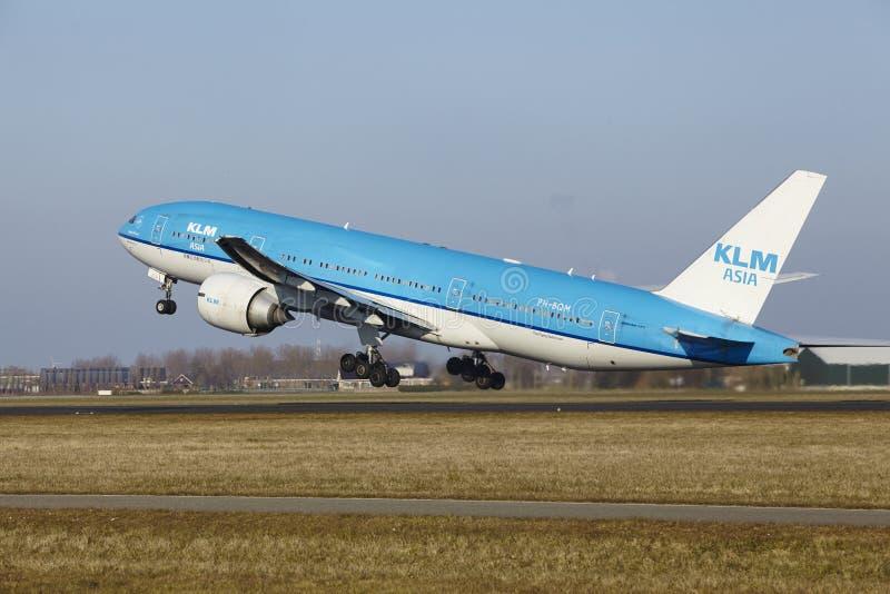 De Luchthaven Schiphol van Amsterdam - KLM Boeing 777 stijgt op stock fotografie
