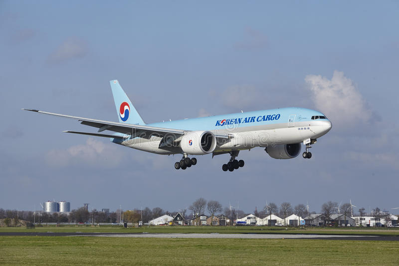 De Luchthaven Schiphol van Amsterdam - Korean Air-Lading Boeing 777 land royalty-vrije stock afbeelding