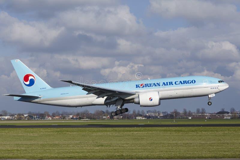 De Luchthaven Schiphol van Amsterdam - Korean Air-Lading Boeing 777 land royalty-vrije stock foto's