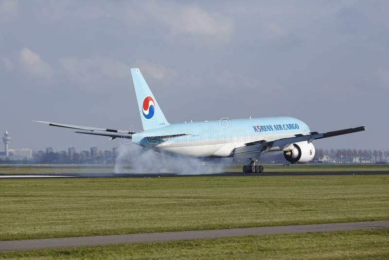 De Luchthaven Schiphol van Amsterdam - Korean Air-Lading Boeing 777 land royalty-vrije stock afbeeldingen