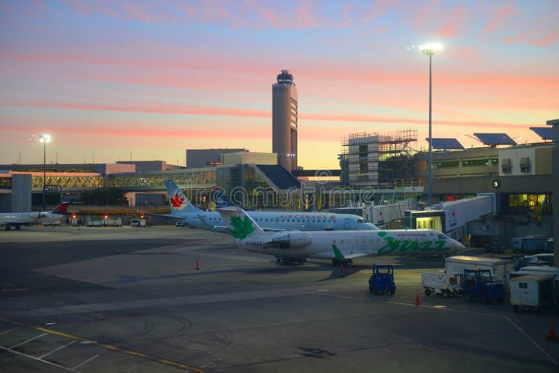 De Luchthaven van Boston bij zonsopgang, Boston, Massachusetts, de V.S. royalty-vrije stock foto's