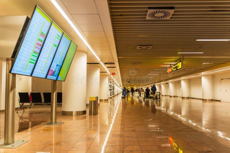 De luchthaven van Brussel, België, Brussel van Maart 2019, mensen in lange gang op aankomstgebied stock foto