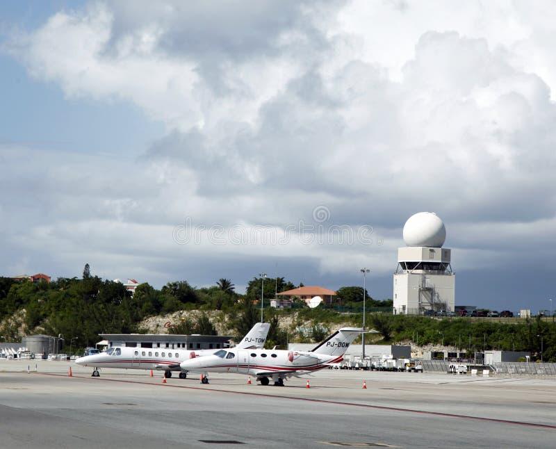 De privé stralen en toren van de verkeerscontrole in de Luchthaven van Juliana van de Prinses, St. Maarten royalty-vrije stock foto's