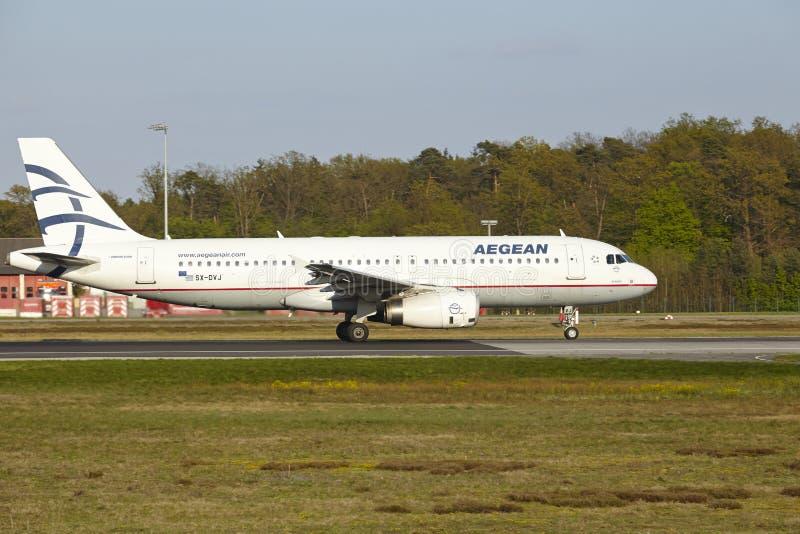 De Luchthaven van Frankfurt - de Luchtbus A320 van Aegean Airlines stijgt op stock fotografie