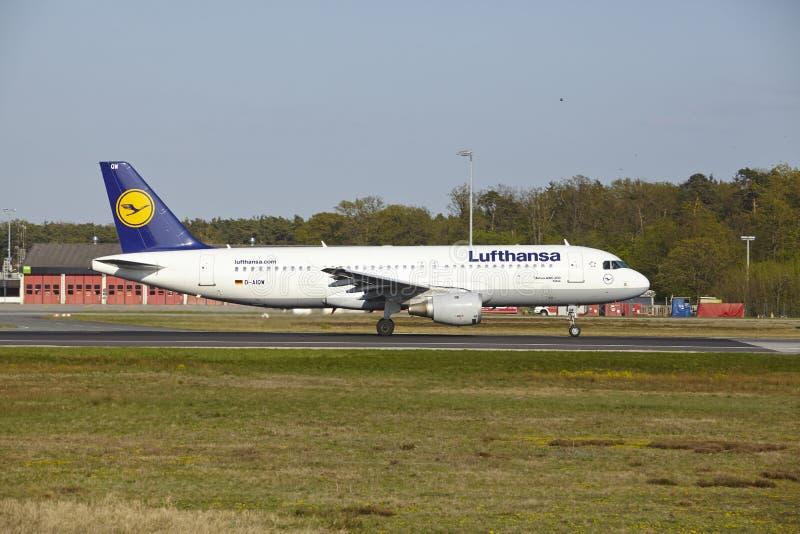 De Luchthaven van Frankfurt - de Luchtbus A320-200 van Lufthansa stijgt op stock fotografie