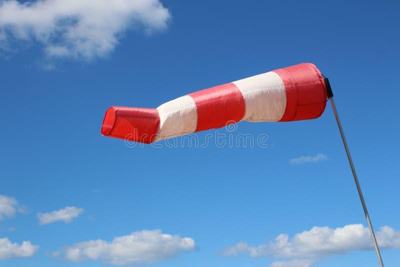 De luchthaven windsock op blauwe hemelachtergrond wijst op lokale ontzettende wind royalty-vrije stock afbeeldingen