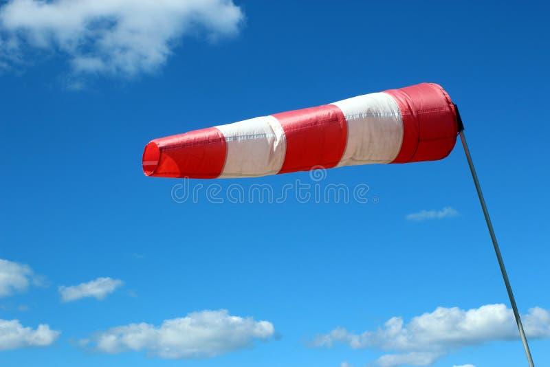 De luchthaven windsock op blauwe hemelachtergrond wijst op lokale ontzettende wind royalty-vrije stock foto's