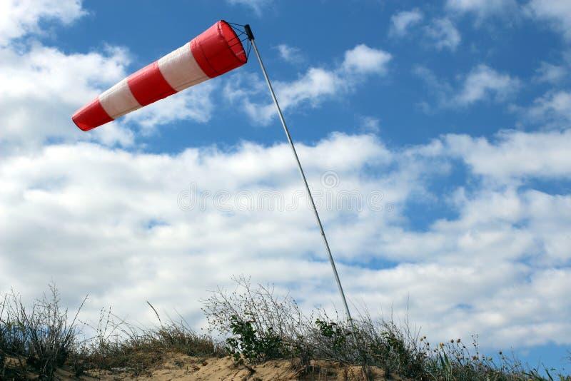 De luchthaven windsock op blauwe hemelachtergrond wijst op lokale ontzettende wind royalty-vrije stock afbeelding