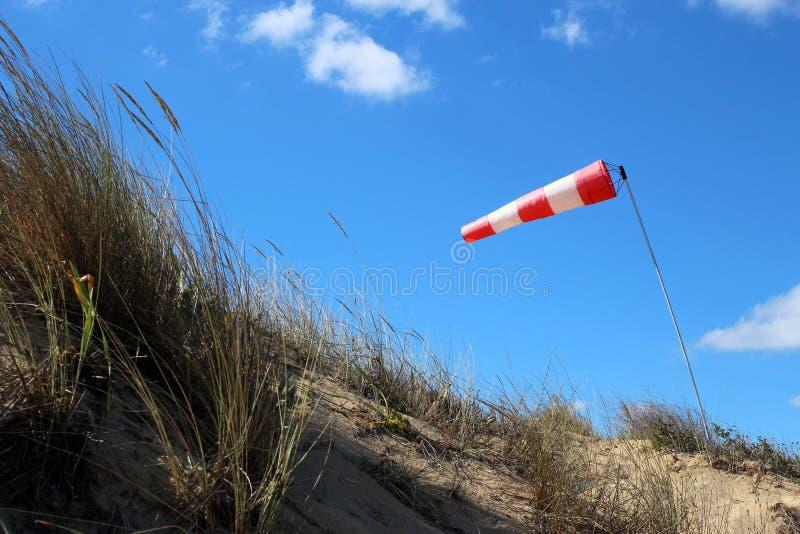De luchthaven windsock op blauwe hemelachtergrond wijst op lokale ontzettende wind royalty-vrije stock fotografie
