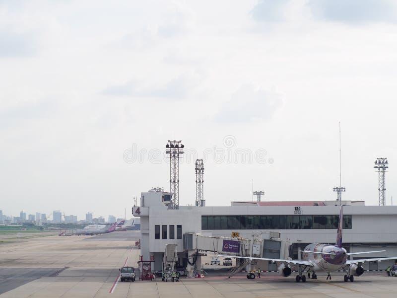 De luchthavenbouw, omringende toebehoren voor vliegtuig en de dienst royalty-vrije stock afbeeldingen