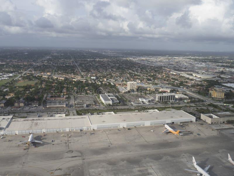 De luchthavengebied van Frankfurt van het vliegtuig wordt gezien dat stock afbeeldingen