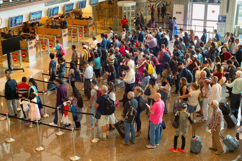 De luchthavenimmigratie Singapore van de mensenrij stock afbeeldingen